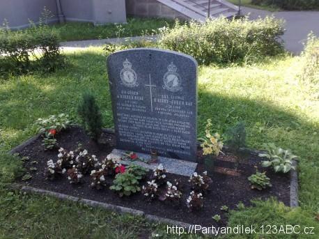 Fotka památníku připomínajícícho dva příslušníky RAF zastřelené během 2. světové války v Hrabůvce.