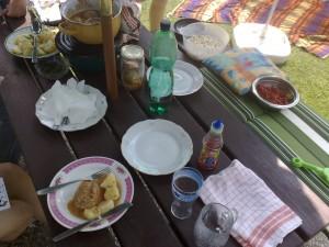 Fotka z luxusního oběda na zahradě prarodičů.
