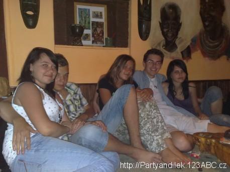 Fotka z čajovny s Leničkou, Jirkou, Baruškou a Evičkou.