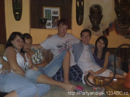 Fotka z čajovny s Leničkou, Jirkou, Lukášem a Evičkou.