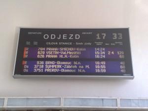 Fotka tabule odjezdů v Července.