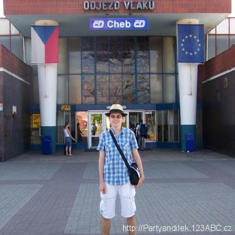 Fotka před nádražím v Chebu.
