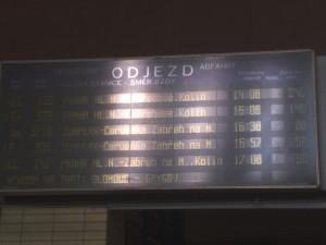 Fotka tabule odjezdů v Holomóci.