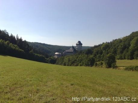 Foto Hradu Karlštejn z protějšího kopce.