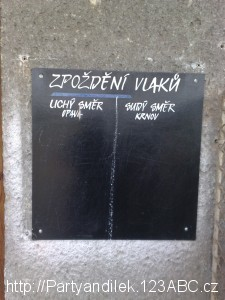 Fotka zařízení pro hlášení zpoždění ve stanici Krnov - Cvilín.