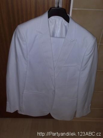 Fotka bílého obleku.