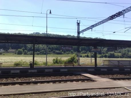Fotka nádraží v obci Karlštejn ve Středočeském kraji.