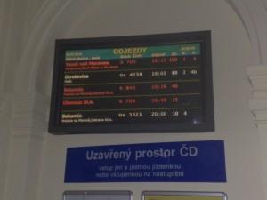 Fotka tabule odjezdů na nádraží v Přerově.