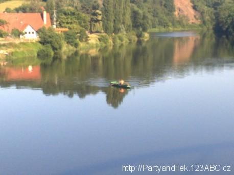 Foto splavné řeky Berounky protékající přes Karlštejn.